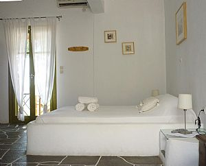 Superior double / triplre room ( stone tiled bed ) - ( χτιστό κρεβάτι )